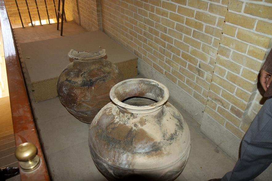 عکس و تصاویر کوزه و ظروف سفالی قدیمی عتیقه چند هزار ساله که از زیر زمین پیدا شده است