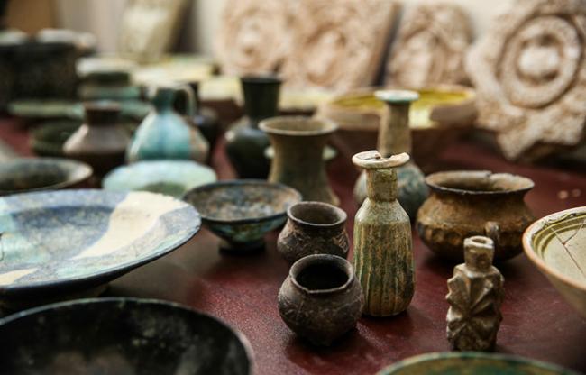 کشف اشیای تاریخی و آثار باستانی از قاچاقچیان و کاوشگران و جویندگان گنج و دفینه و زیرخاکی