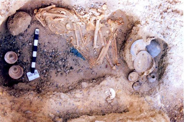 قبرهای شگفت انگیز گورستان باستانی شهر سوخته,اجساد و اسکلت های کشف شده به همراه اشیا و ظروف