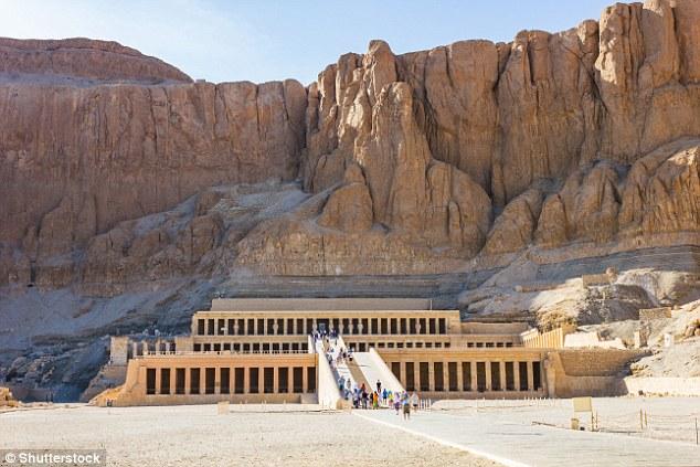 کشف مومیایی در داخل مقبره های مصر باستان در داخل تابوت چوبی