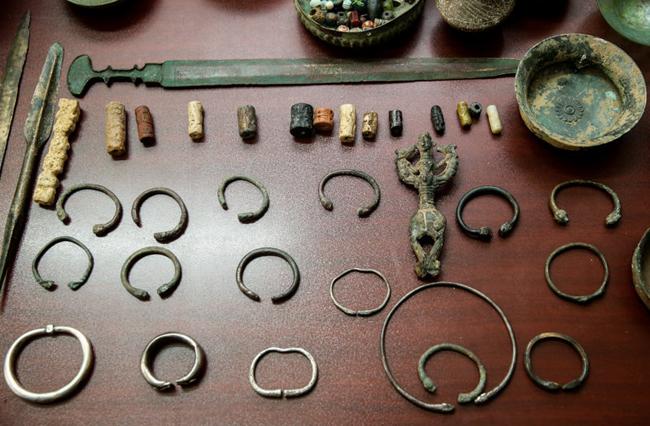 کشف آثار تاریخی باستانی از قاچاقچیان جویندگان گنج و دفینه و زیرخاکی