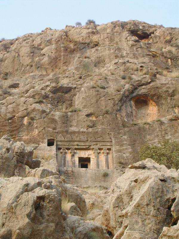 گوردخمه های سنگی در دل کوهستان و غارهای کنده کاری شده در ایران باستان