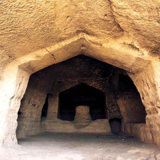 کشف معبد باستانی زیرزمینی در روستای فاروق مرودشت با گنج و دفینه و مجسمه های طلا