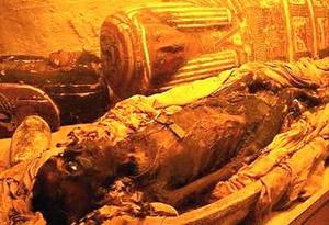 در دوران باستان چگونه اجساد مردگان را مومیایی میکردند ؟