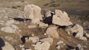 این سنگ سه تیکه شده وسطش یک متر فضای خالی دار