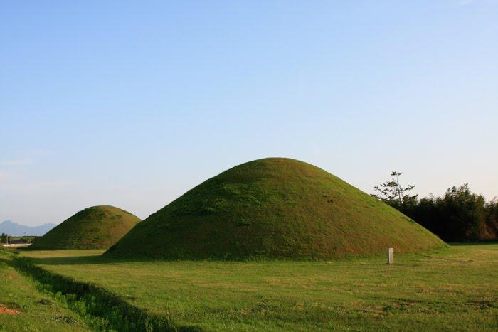 آشنایی با ساختار تومولوس ها (تپه های خاکی بزرگ),قبر پادشاه داخل تومولوس