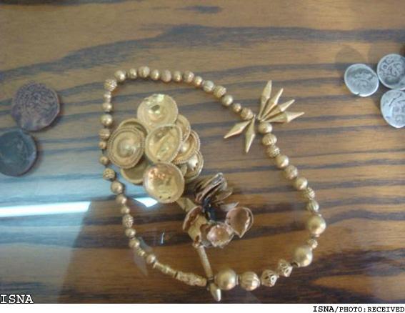 کشف اشیای عتیقه دوران ساسانی شمشير، سرنيزه، انواع ظروف و مجسمه و 67 قطعه نيز سکه های طلا و قديمی دوران ساسانی