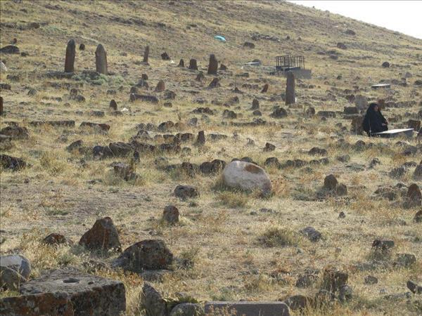 سنگ قبرهای دارای علامت و نشانه - نقوش و سمل ها در قبرستان و گورستان باستانی