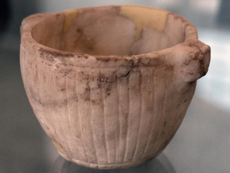 گنج و دفینه های پیدا شده متعلق به دوران هخامنشی کوزه سفالی جام و ریتون طلایی