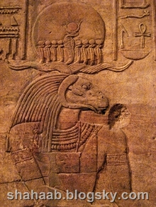 تصویر بت مصری با تاجی مشابه تاج کوروش
