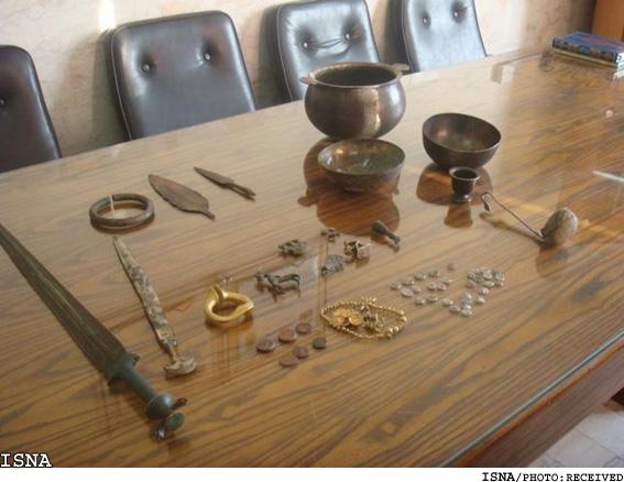 کشف اشیای عتیقه دوران ساسانی شمشير، سرنيزه، انواع ظروف و مجسمه و 67 قطعه نيز سکه های طلا و قديمی دوران ساسانی ,دفینه سکه های طلا عتیقه زیرخاکی دروه ساسانیان