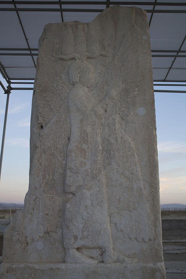 مجسمه انسان بالدار کوروش کبیر هخامنشی در پاسارگاد سنگ نگاره انسان بالدار