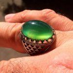 انگشتر عقیق سبز یمنی بسیار زیبا آبدار و کهنه با رکاب تمام شبکه از جنس نقره