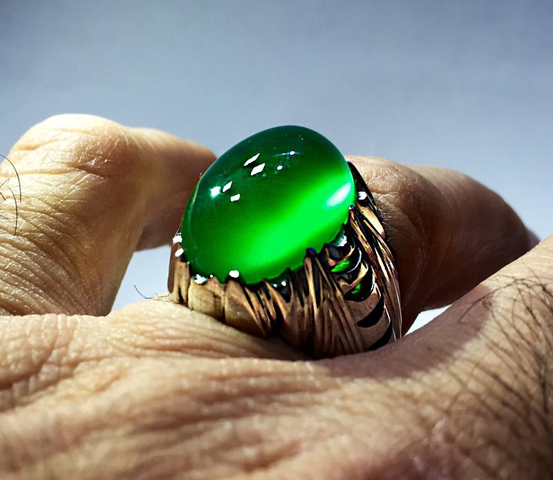 عکس انگشتر عقیق با نگین سبز کهنه یمنی با رکاب دور چنگ هلالی خوش دست و زیبا