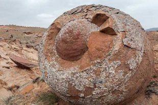 گوی سنگی دفینه - سنگ گرد کوچک در دفینه - توپ سنگ در دفینه